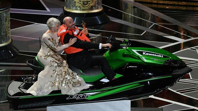 Bukan hanya membawa pulang Piala Oscar, Mark Bridges desainer 'Phantom Thread' juga memboyong jet ski yang dijanjikan untuk pemberi pidato tersingkat.