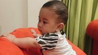 <p>Ini Kyo saat belajar berdiri. (Foto: Instagram/kiranalarasati)</p>