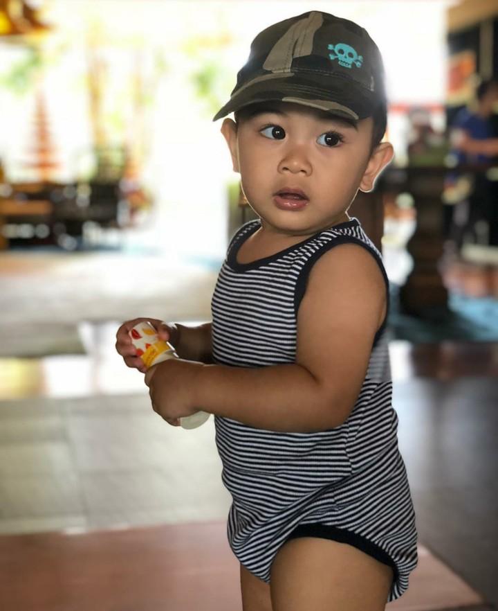 Aktris Kirana Larasati punya putra yang ganteng dan super menggemaskan. Yuk, lihat tingkah lucunya, Bun.