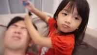 Ya ampun rambut ayahnya diapain tuh. He-he. (Foto: Instagram/nickytirta)