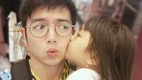Wah Naara sayang banget sama si ayah. (Foto: Instagram/nickytirta)