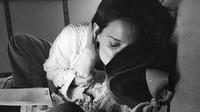 <p>Kecupan penuh sayang dari Bunda Katie buat si putri kecil, Suri. (Foto: Instagram/ @katieholmes212)</p>