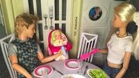 <p>Family time salah satunya bisa dilakukan dengan makan bersama nih. (Foto: Instagram/ @tiff_thebarbie)</p>