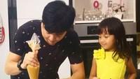 Quality time ayah Nicky dan Naara adalah dengan membuat kue. Ya, Nicky hobi dan jago masak, Bun. (Foto: Instagram/nickytirta)
