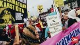Para perempuan dari berbagai elemen berunjuk rasa di depan Istana Merdeka, Jakarta, Kamis (8/3) memperingati Hari Perempuan Internasional.