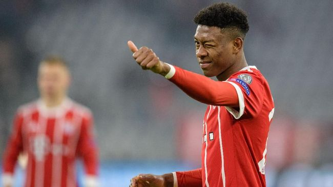 Bayern Munich's Austrian defender David Alaba gestures to supporters during the UEFA Champions League round of sixteen first leg football match Bayern Munich vs Besiktas Istanbul on February 20, 2018 in Munich, southern Germany. Bayern won 5-0. / AFP PHOTO / DPA / Matthias Balk / Germany OUT