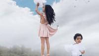 <p>Mewujudkan imajinasi dalam foto memang jadi salah satu hobi Vanessa. Nih lihat, Bun, di foto ini si kecil bisa ambil awan. (Foto: Instagram @the_life_of_aivax)</p>
