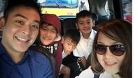 <p>Saat Pak Irgi dan Bu Fenny mengantar ketiga buah hatinya ke sekolah. (Foto: Instagram @fahrezirgi)</p>