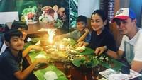<p>Makan malam bareng keluarga adalah kegiatan sederhana yang nggak akan terlupakan. (Foto: Instagram @fennyfahrezi)</p>