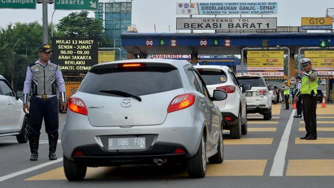 Gerbang Tol Bekasi Barat tak disekat bagi kendaraan pada hari kedua larangan mudik berdasar pantauan pukul 08.30 WIB hingga 09.45 WIB, Jumat (7/5).
