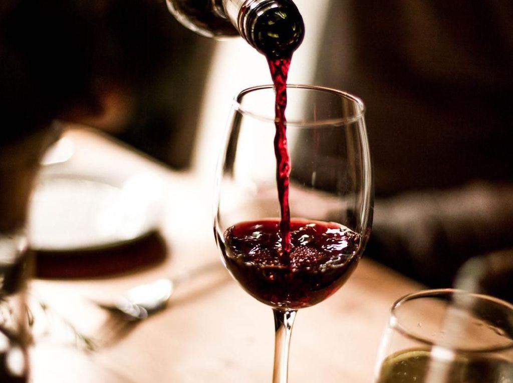 Meski sudah berusia 91 tahun, tapi Ratu Elizabeth tetap mengkonsumsi wine. Biasanya Ratu akan meminum segelas wine dari Jerman ketika makan malam, selain wine, gin dan Dubonet juga menjadi favoritnya. Foto: dok: iStock