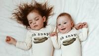 <p>Saat kakak tiru gaya tidur adiknya. (Foto: Instagram @dearest.sisters)</p>