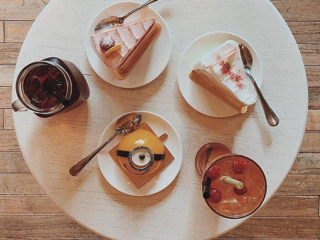 Wah, makannya banyak ya. Ada tiga piring kue dan dua gelas minuman. Kira-kira Awkarin makan sama siapa nih? Foto: Instagram @awkarin