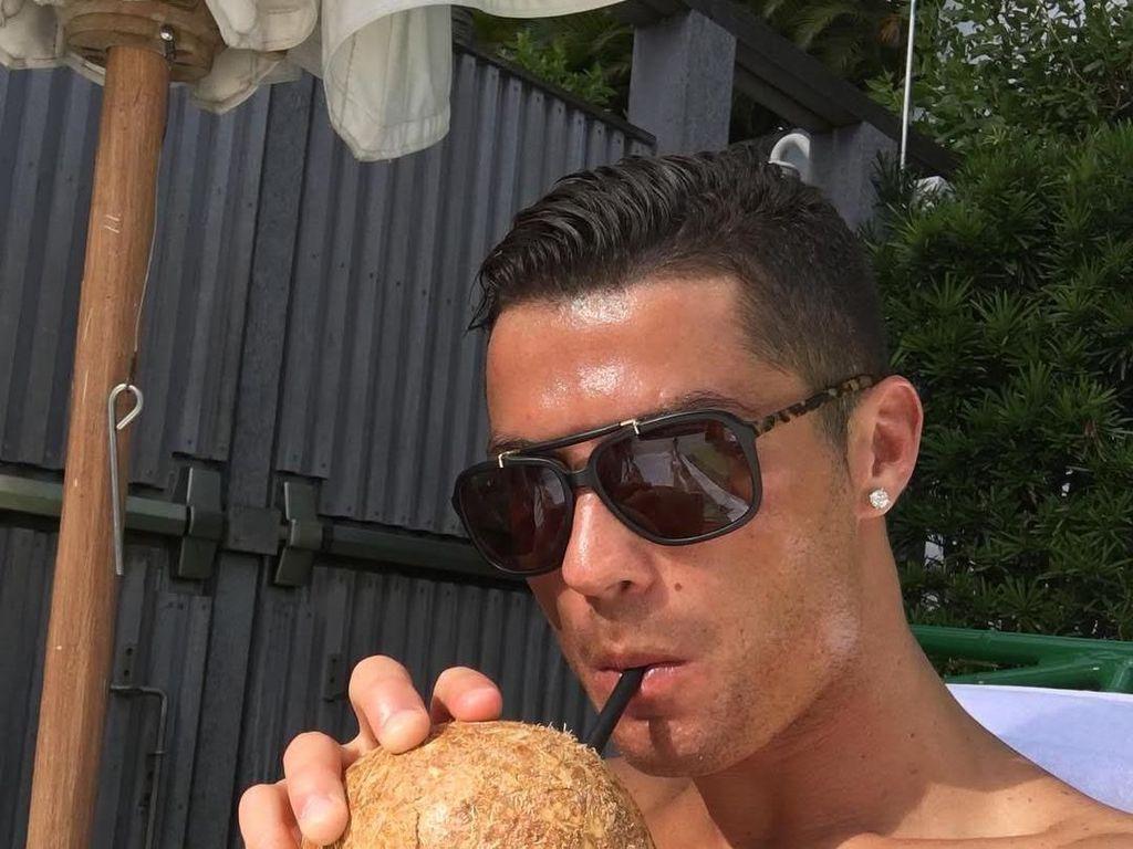 Bergaya cool. Cristian sedang menikmati air kelapa nih. Wah emang bener ya air kelapa menyehatkan. Asal jangan salah fokus ke wajah cool Cristian ya. Foto: Instagram Cristiano