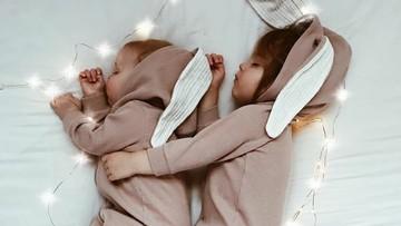 Kompaknya Kakak Adik Ini saat Pakai Baju Tidur
