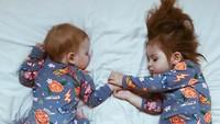 <p>Duh, gaya tidur sang adik yang tengkurep lucu banget ya. (Foto: Instagram @dearest.sisters)</p>