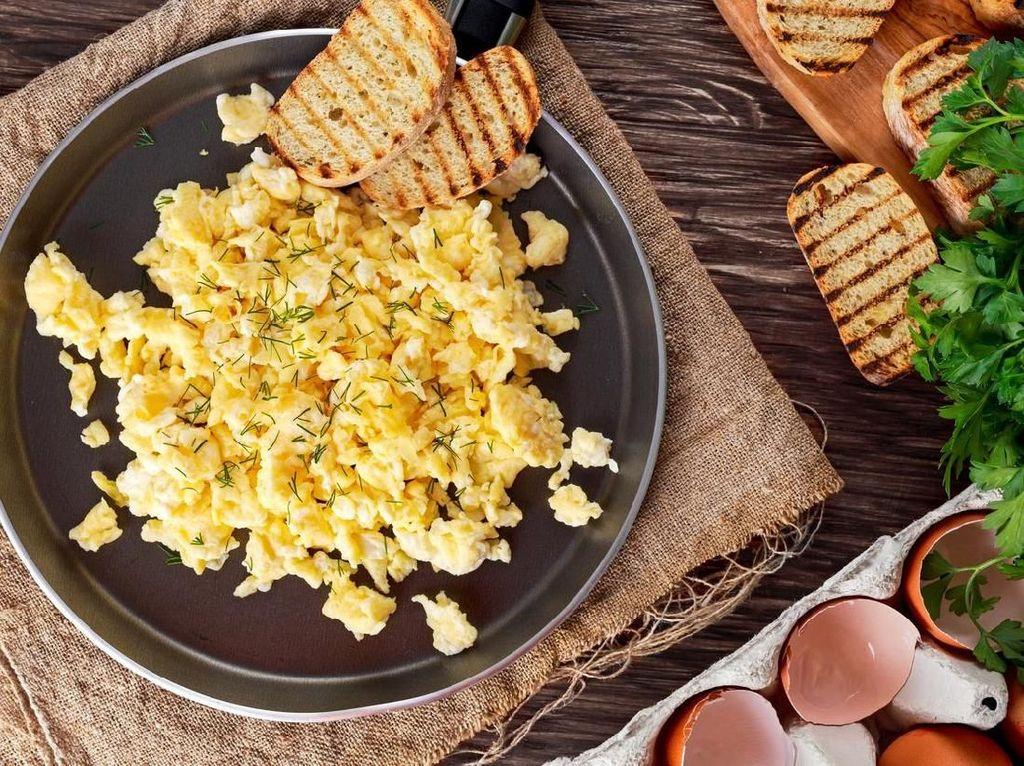 Jika sedang bosan dengan sereal, Ratu Elizabeth akan memilih scrambled eggs sebagai menu sarapannya. Ratu lebih memilih telur coklat dibandingkan telur putih, karena menurutnya lebih enak. Biasanya disajikan dengan smoked salmon dan truffle segar. Foto: iStock