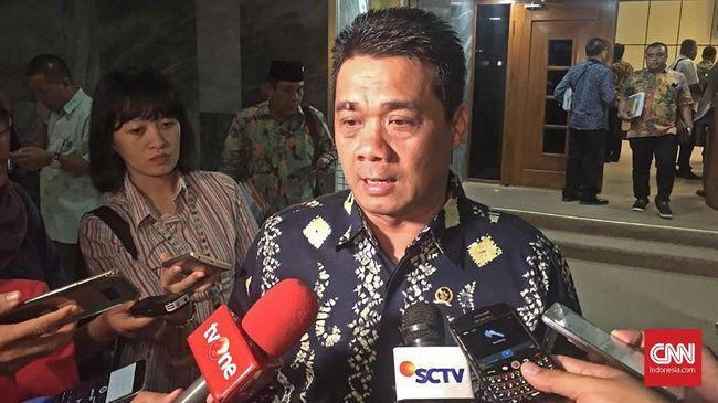 Jubir BPN Prabowo-Sandi, Riza Patria mempertanyakan alasan Jokowi lebih mengalokasikan dana untuk program tiga kartu itu ketimbang menyelesaikan masalah lain.