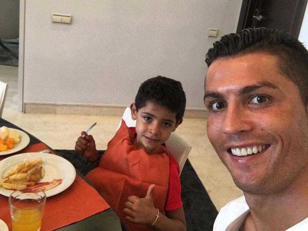 Meskipun sibuk, namun Cristiano Ronaldo selalu meluangkan waktu untuk Cristiano Junior. So sweet! Foto: Instagram Cristiano