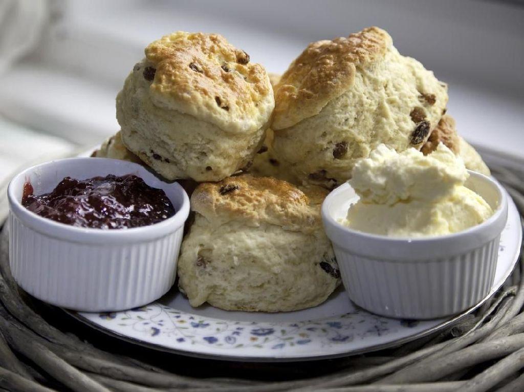 Setiap waktu afternoon tea, Ratu Elizabeth akan meminta sepiring scone hangat. Meski begitu, beberapa pelayan mengatakan bahwa scone itu ia berikan untuk anjing peliharaannya. Foto: iStock