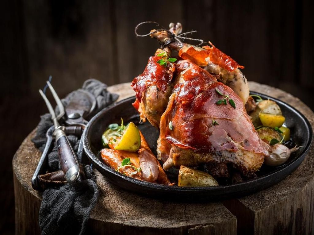 Pheasant adalah hidangan daging bakar dengan sayuran yang selalu disajikan setiap hari minggu. Inggris memiliki tradisi British Sunday Roast, di mana Ratu Elizabeth selalu menjalani tradisi ini. Foto: iStock