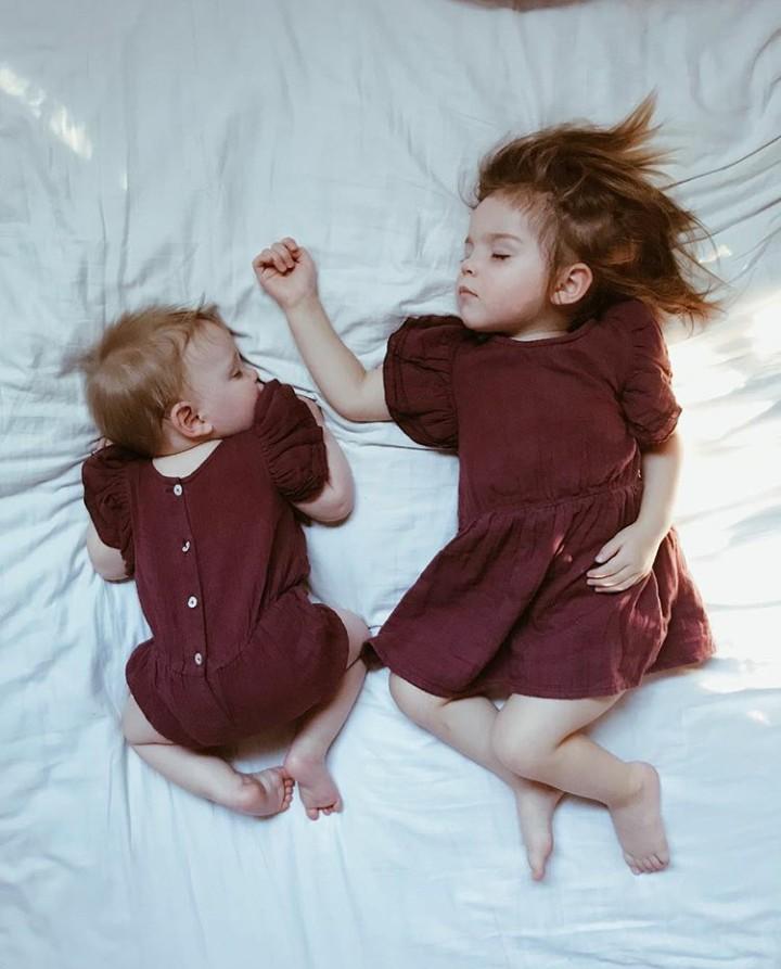Kakak beradik ini kompak banget saat pakai baju tidur.