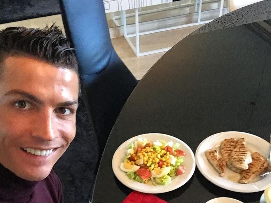 Tertulis, Full Belly. Ini dia sajian makan lengkap a la Cristiano Ronaldo. Foto: Instagram Cristiano