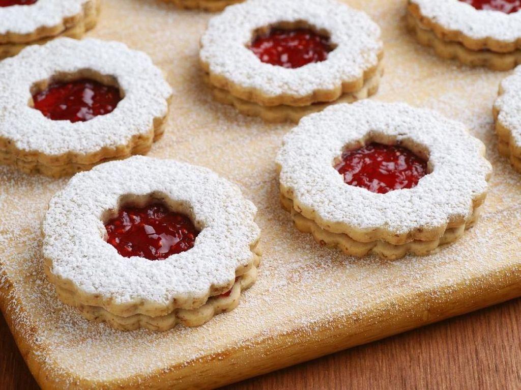 Jam pennies jadi salah satu biskuit favorit Ratu Elizabeth saat ngeteh sore. Diisi dengan selai raspberry berbentuk bulat, biskuit ini merupakan camilan favorit Ratu sejak kecil. Foto: iStock