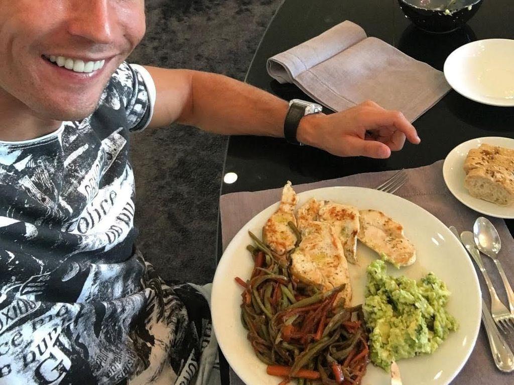 Waktunya makan, tulis Ronaldo dalam akun Instagram pribadinya. Ia terlihat sedang menikmati tumis sayuran dengan paduan daging ayam panggang dan alpukat yang dihaluskan. Sehat banget deh pokoknya! Foto: Instagram Cristiano