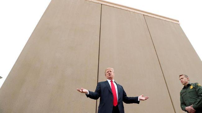 Presiden Donald Trump mengecek delapan pilihan model tembok perbatasan yang akan dibangun di sepanjang perbatasan antara Amerika Serikat dan Meksiko.
