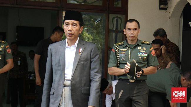 Jokowi merayakan malam tahun baru di Istana bersama personel Paspampres dan pegawai istana sambil menikmati makanan khas kaki lima.