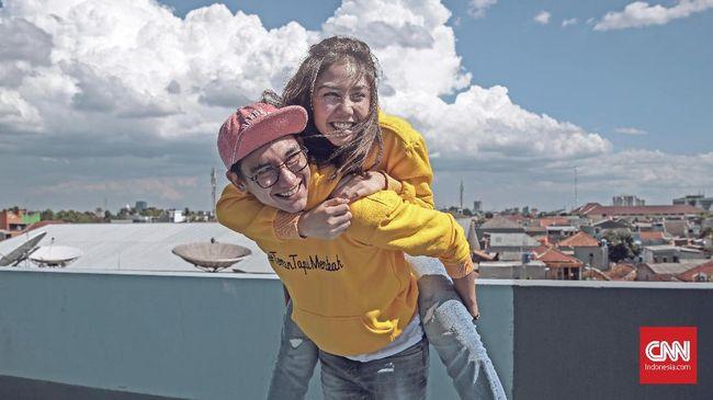 Reza Rahadian sempat mengatakan pada CNNIndonesia.com bahwa Adipati Dolken dan Vanesha Prescilla termasuk artis muda berbakat di dunia film.