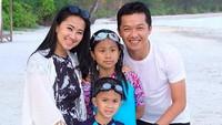 <p>Waktunya menikmati liburan di pantai bersama keluarga tercinta. (Foto: Instagram/ @th_natanayo) </p>