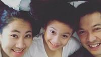 <p>Family time ala keluarga Taufik Hidayat: kruntelan. (Foto: Instagram/ @ami_gumelar) </p>