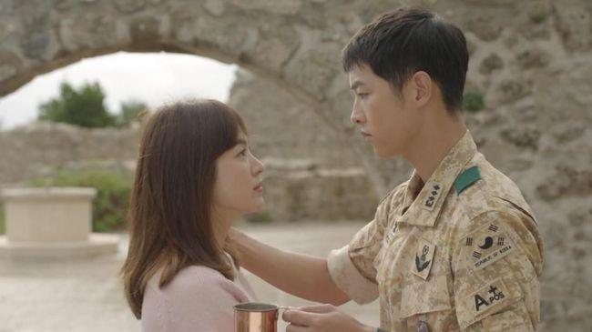 Drama Korea Descendants of The Sun mengisahkan tentang cinta seorang tentara dan dokter yang dipertemukan saat menjalankan tugas di daerah konflik.