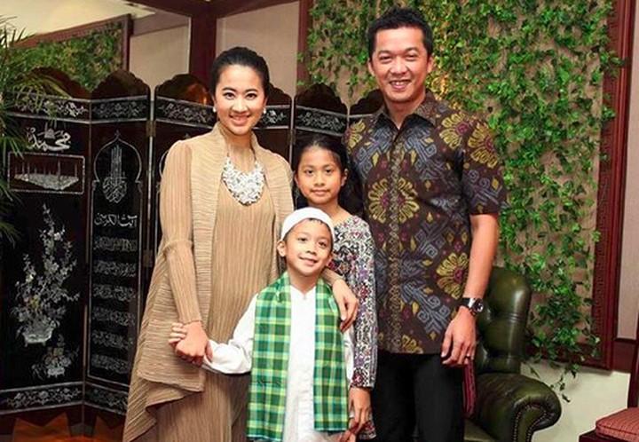 Hampir 12 tahun menikah dengan Ami Gumelar dan punya 2 anak, keluarga Taufik Hidayat makin kompak dan harmonis.
