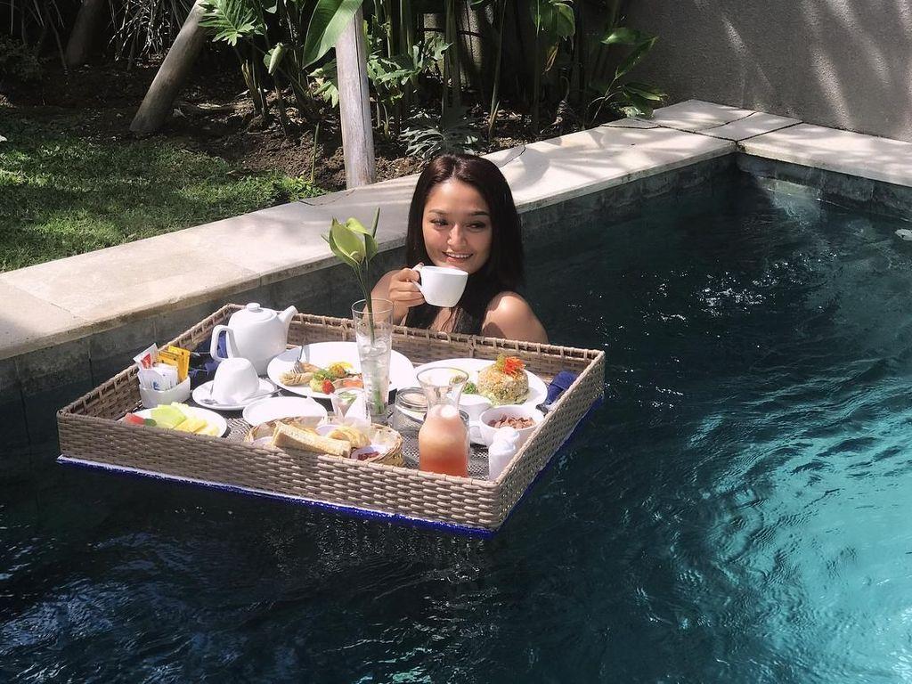 8 Artis yang Liburan di Bali Sambil Nikmati Floating Breakfast