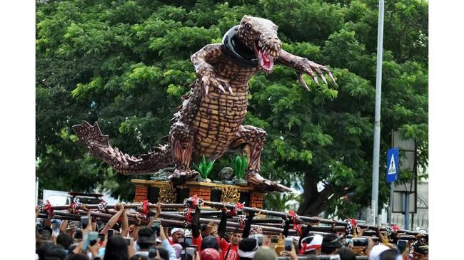 Jelang Hari Raya Nyepi, Ogoh-Ogoh diarak oleh sejumlah pemuda sebagai simbol hilangnya aura negatif, sehingga umat dapat beribadah dengan hening dan damai.