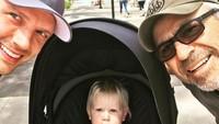 Hmm, sepertinya waktu berputar cepat banget ya, Bun. Kayaknya baru kemarin mengikuti kisah Nick Carter dan Backstreet Boys-nya melalui majalah remaja, tapi kini sudah sama-sama menjadi orang tua. (Foto: Instagram @nickcarter)
