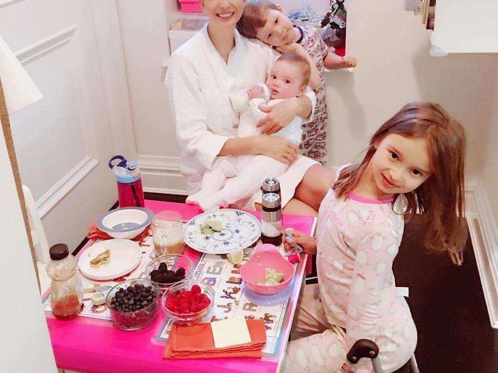 Ivanka dan juga ketiga anaknya sedang menikmagti sarapan bersama. Kira-kira apa ya yang sedang dinikmati dirinya dan Arabella? Foto: Instagram @ivankatrump