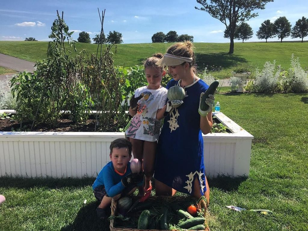 Sepertinya keluarga ini sangat gemar berkebun ya. Selain memetik apel bersama, kini Ivanka dan anaknya terlihat sedang panen sayuran. Foto: Instagram @ivankatrump