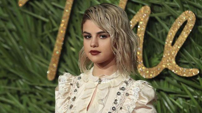 Penyanyi Selena Gomez 'harus' menyerahkan takhta sebagai akun Instagram yang paling banyak diikuti kepada pesepakbola Cristiano Ronaldo.