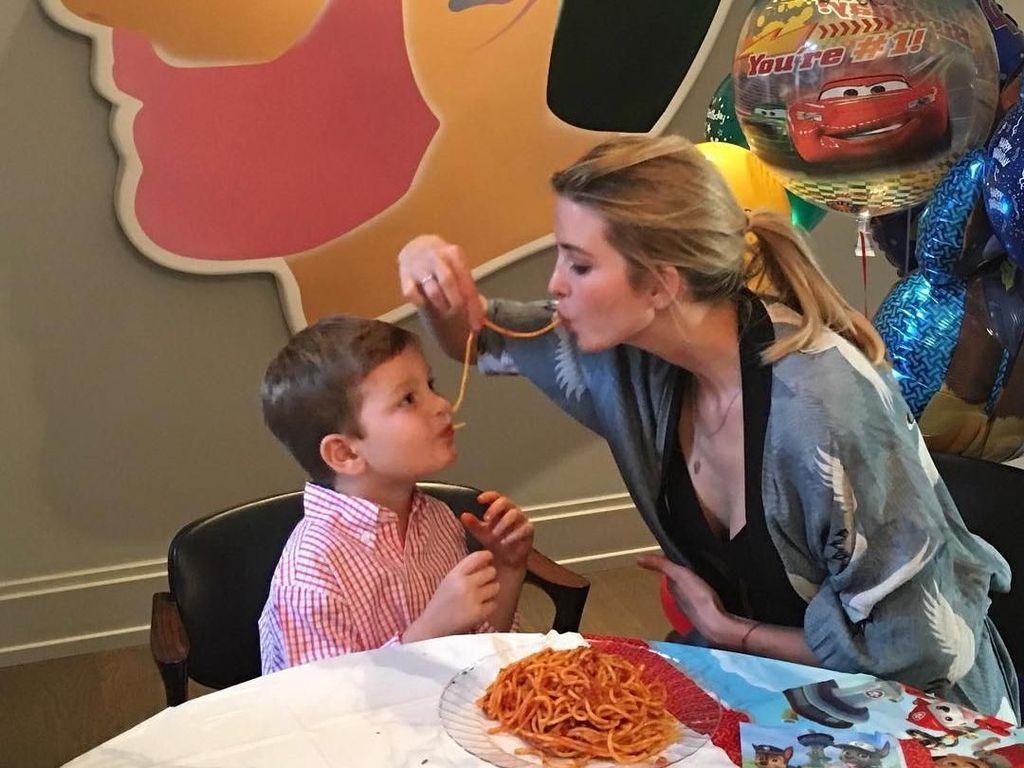Tradisi saat ulang tahun sang anak adalah dengan menikmati mie bersama. Ivanka Trump dan juga si kecil Joseph terlihat sedang asyik menikmati spaghetti berdua. Foto: Instagram @ivankatrump