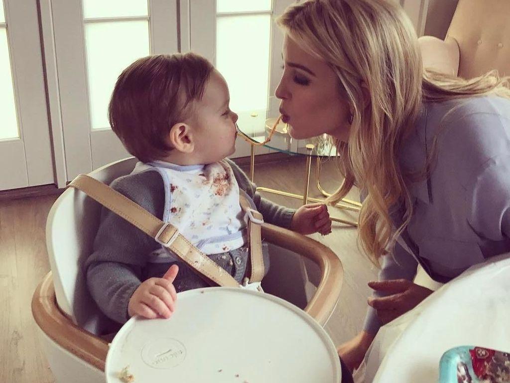 Lagi, dirinya pun terlihat mengunggah foto kebersamaan dengan si kecil saat ulang tahun dengan sama-sama menikmati mie panjang. Ivanka pun menulis unggahannya dengan tulisan,Brithday tradition! #noodlesforlonglife. Foto: Instagram @ivankatrump