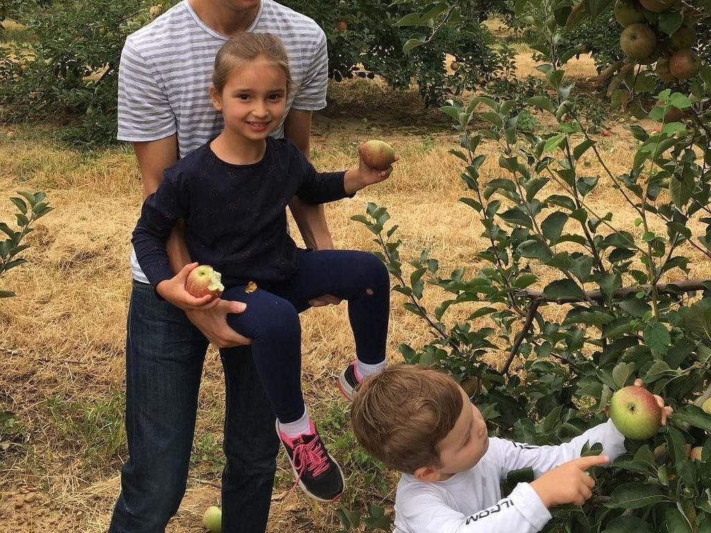 Suami Ivanka Trump dan anak-anak sedang memetik buah apel langsung dari kebunnya. Seru ya! Foto: Instagram @ivankatrump