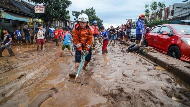 Genangan air dengan ketinggian antara 50 hingga 150 cm melanda 12 daerah di Kabupaten Bandung akibat hujan intensitas tinggi yang turun sejak Rabu (7/11) sore.