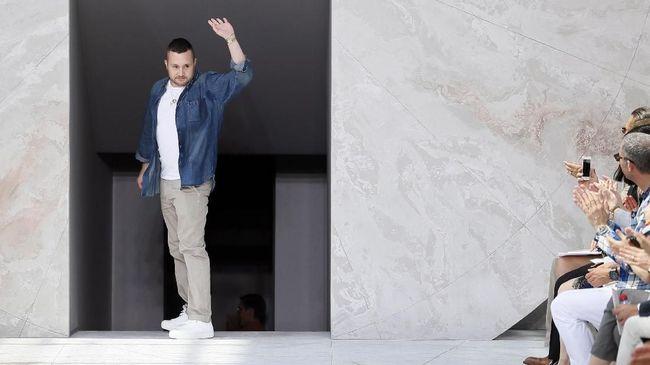 Desainer Kim Jones bergabung dengan rumah mode asal Italia Fendi. Jones menjadi desainer Fendi sambil mempertahankan posisinya sebagai direktur artistik Dior.