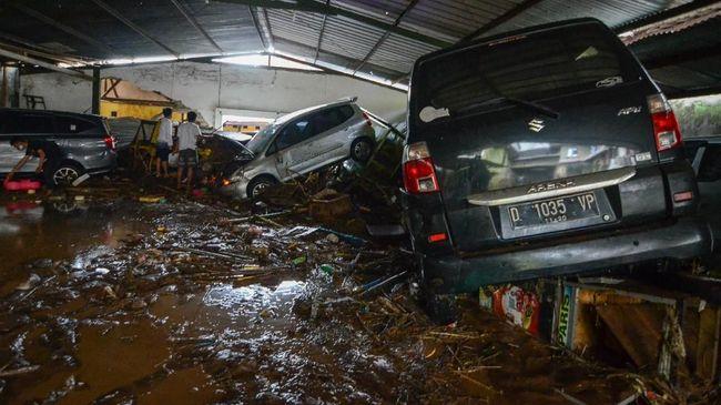 Dinas Kebakaran dan Penanggulangan Bencana (Diskar PB) Kota Bandung melaporkan satu unit mobil terjebak banjir di Jalan Pasteur.