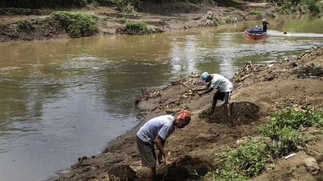 Pemerintah sudah menyusun peta jalan dan menggelontorkan dana untuk penyelamatan Citarum. Namun hingga kini, sungai itu masih menjadi limbah raksasa industri.
