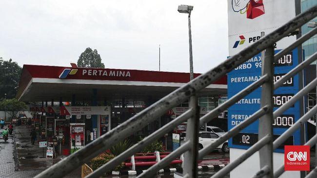 Sejumlah pengendara saat mengisi bahan bakar di SPBU Coco kawasan Kuningan, Jakarta, Selasa, 20 Maret 2018. Pemerintah kembali meneruskan Program BBM Satu Harga di tahun 2018 ini, Melalui program BBM satu harga, pemerintah bersama Pertamina berkomitmen untuk terus menambah jumlah lembaga penyalur BBM di seluruh Indonesia. Ini merupakan salah satu agenda prioritas pemerintahan Jokowi-JK yang termasuk dalam Nawacita yaitu membangun Indonesia dari pinggiran dengan memperkuat daerah dan desa dalam kerangka negara kesatuan.  Sesuai roadmap BBM satu harga, pada tahun 2018 akan didirikan 73 lembaga penyalur terdiri dari 67 lembaga penyalur PT. Pertamina (Persero) dan enam lembaga penyalur PT. AKR Corporindo Tbk. SPBU BBM satu harga saat ini sudah ke-58 dan 59 yang telah beroperasi secara nasional.CNN Indonesia/Andry Novelino